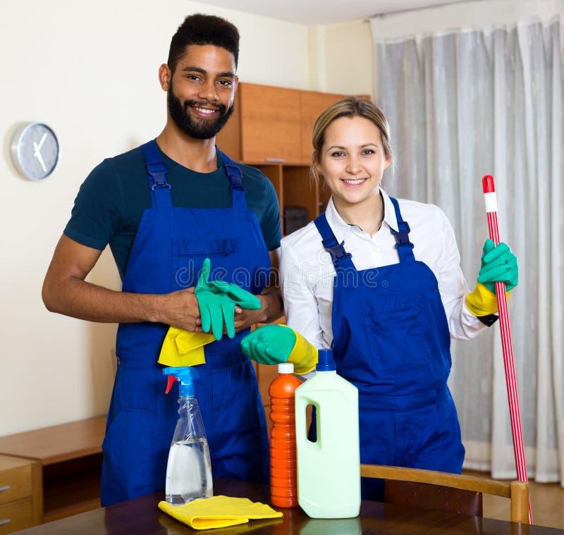 Positive säubernde und abwischende Reiniger lizenzfreies stockfoto