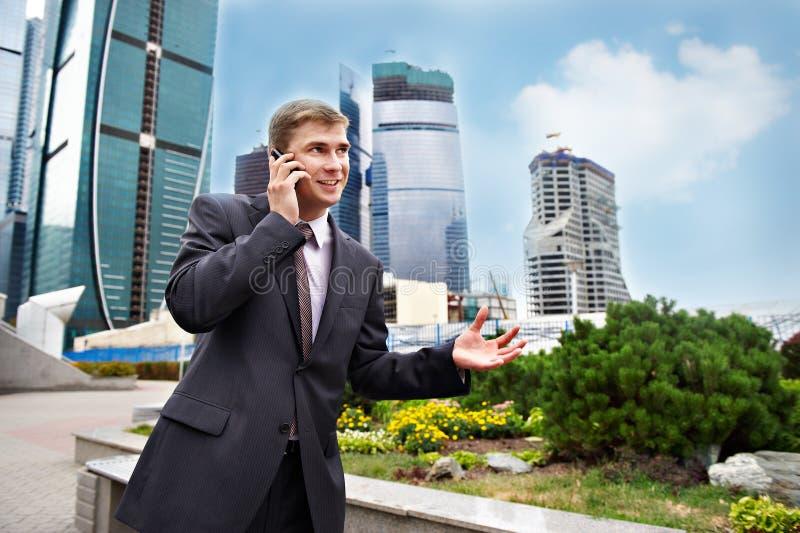 positiven för telefonen för affärsmannen talar barn royaltyfri foto