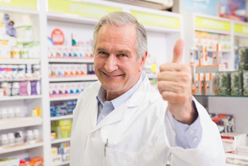 Positiver Apotheker mit dem Daumen oben lizenzfreies stockfoto