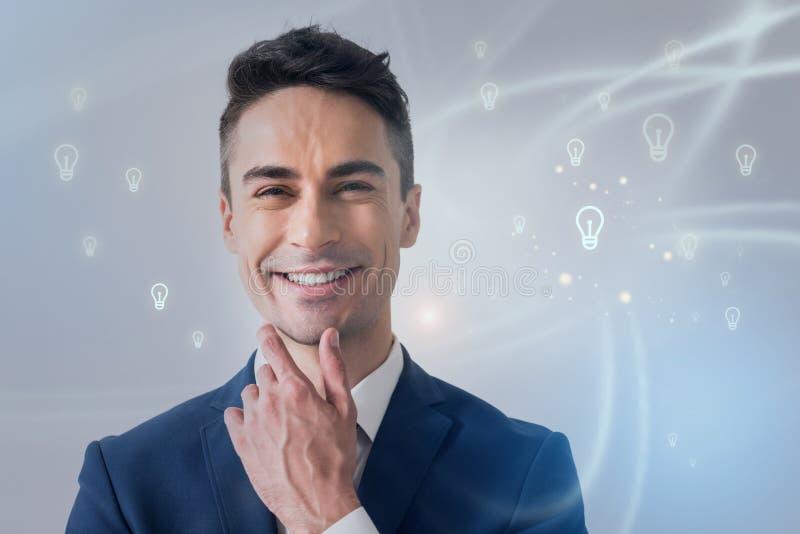 Positiver futuristischer attraktiver Mann drückt Glück aus lizenzfreie abbildung