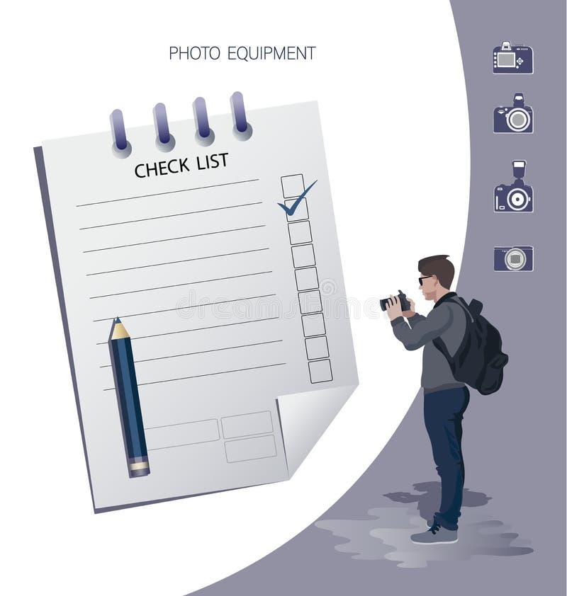 Positiver Geschäftsmann mit einer Kamera und nahe gelegene markierte Checkliste auf einem Klemmbrett lizenzfreie abbildung