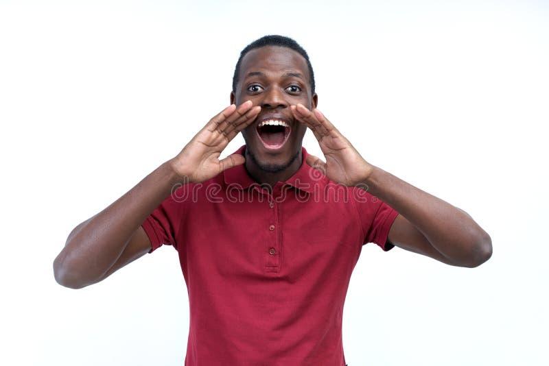 Positiver junger schwarzer Kerl, Student, Arbeitskraftangestellter schreit Mund stockfotografie