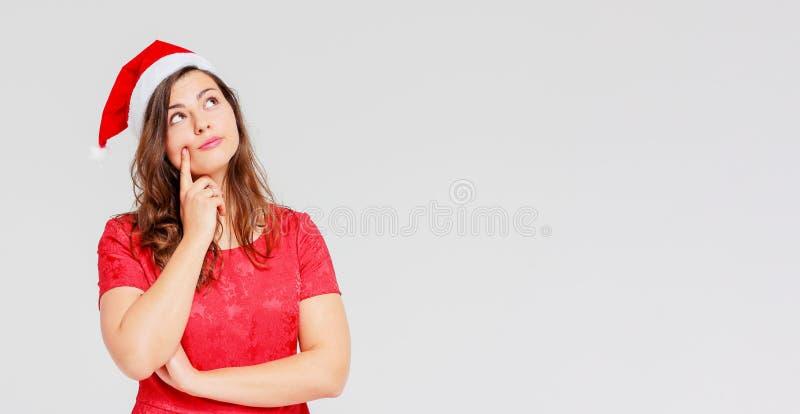 Positiver sharming schöner Brunette Mädchen des Körpers im roten Kleid und lizenzfreie stockfotos