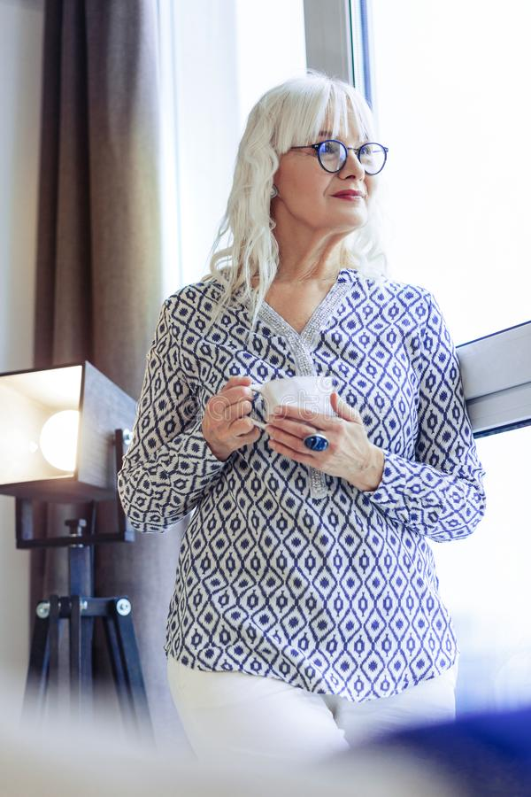 Positiver trinkender Kaffee der schönen Frau zu Hause stockbilder