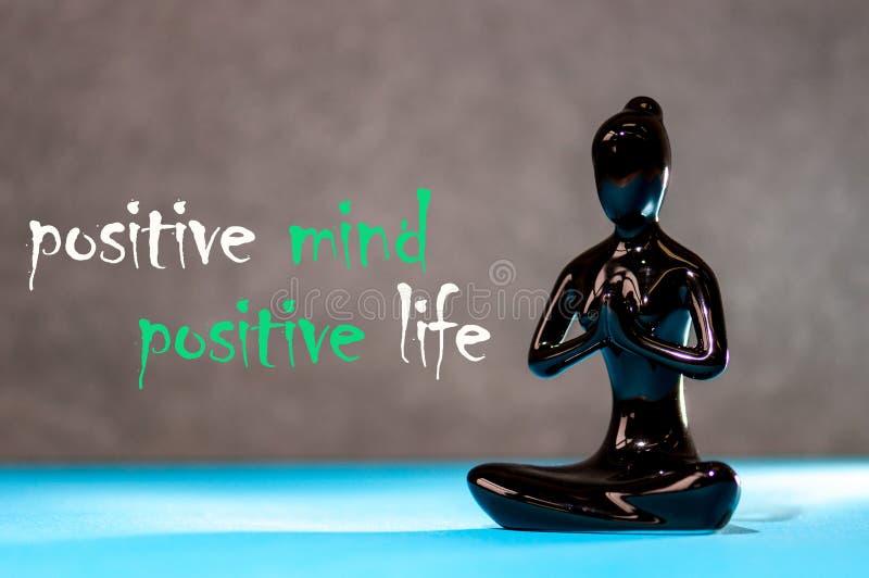 Positiver Verstand - positives Leben Figürchen eines meditierenden jungen Mädchens Lebensstil-positives Gedanken-Sinnesleben-Konz lizenzfreies stockbild