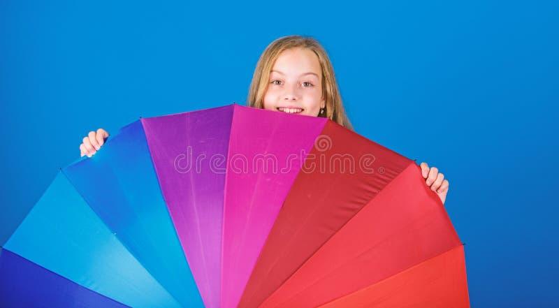 Positiver zwar regnerischer Tag des Aufenthalts Erhellen Sie herauf das Leben Bunter Regenbogenregenschirm des Kinderfl?chtigen b lizenzfreies stockfoto