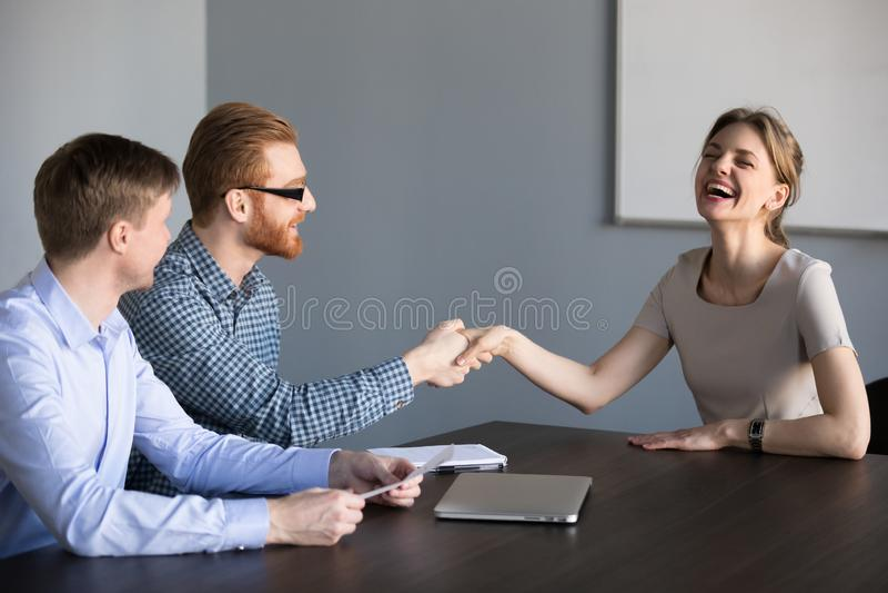 Positives Arbeitsbewerberhändeschütteln freundliche Stunde gutes impr machend stockbild