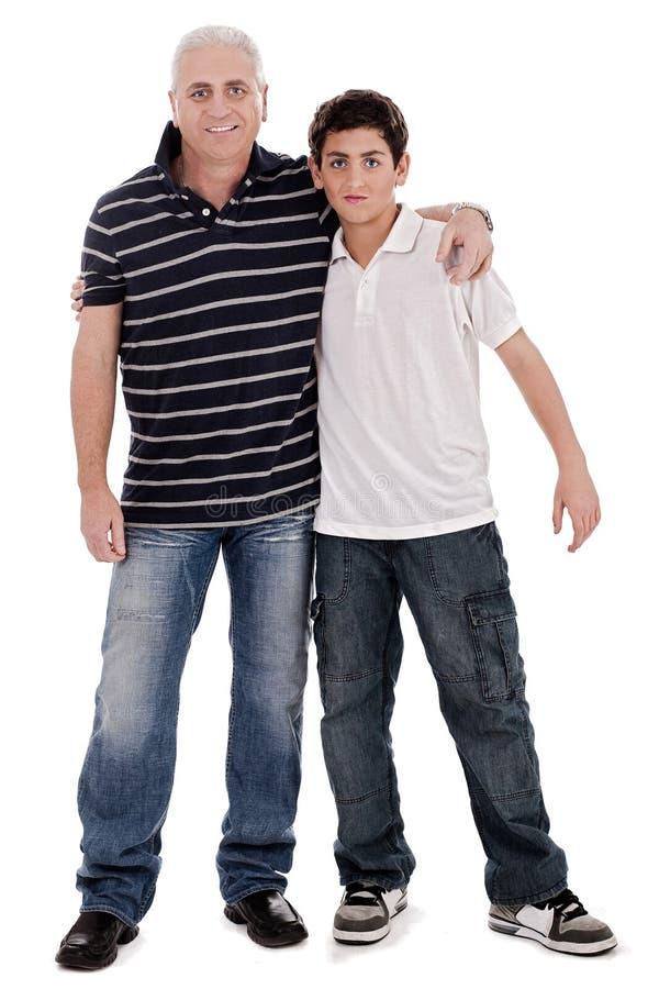 Positives Bild eines kaukasischen Jungen mit seinem Vater lizenzfreie stockfotografie
