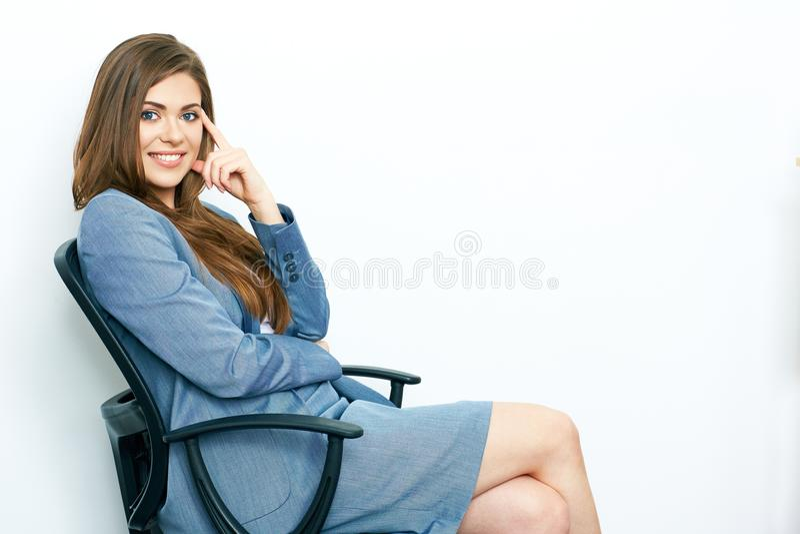 Positives Denken der Geschäftsfrau lächelndes Modell, das im chea sitzt lizenzfreies stockbild