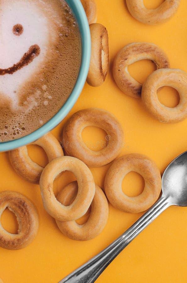 Positives Frühstück mit köstlichen Bageln und Kaffee lizenzfreie stockbilder