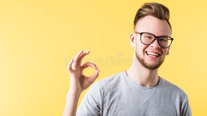 Positives freundliches lächelndes emotionales Kerlporträt stockbilder