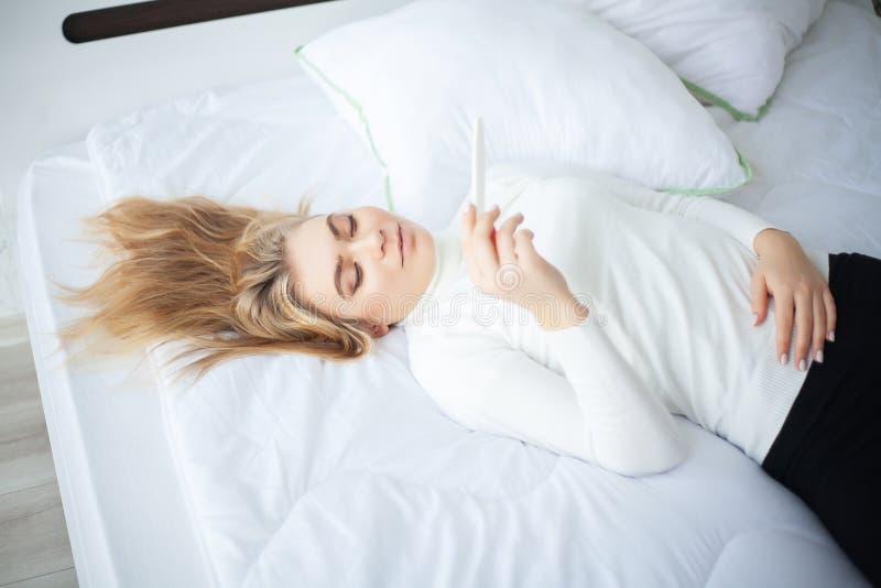 Positives Gef?hl der jungen Frau des Schwangerschaftstests deprimiert und traurig, nachdem zu Hause Schwangerschaftstestergebnis  lizenzfreies stockfoto