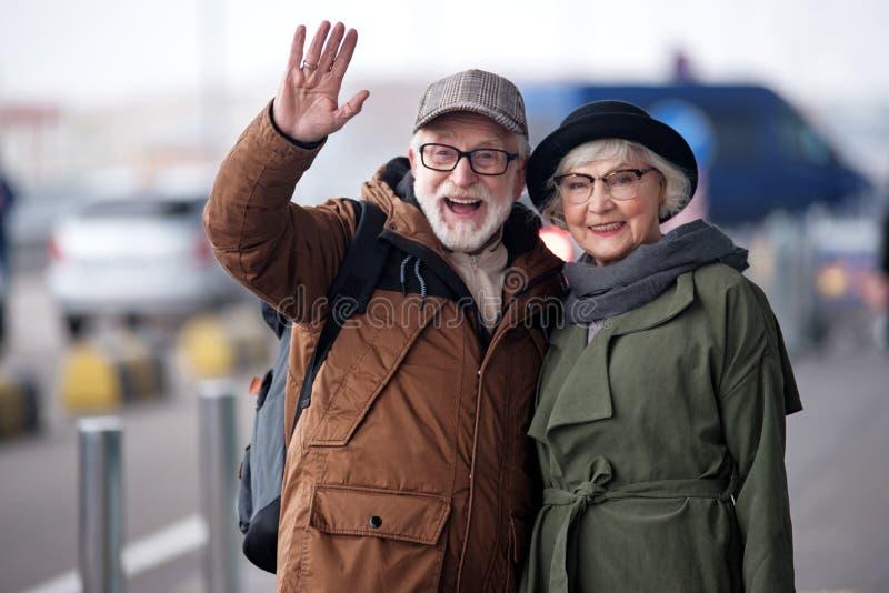Positives glückliches älteres Paar drückt Freude aus lizenzfreie stockfotografie