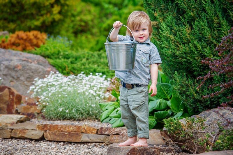 Positives Kind im Garten lizenzfreies stockfoto