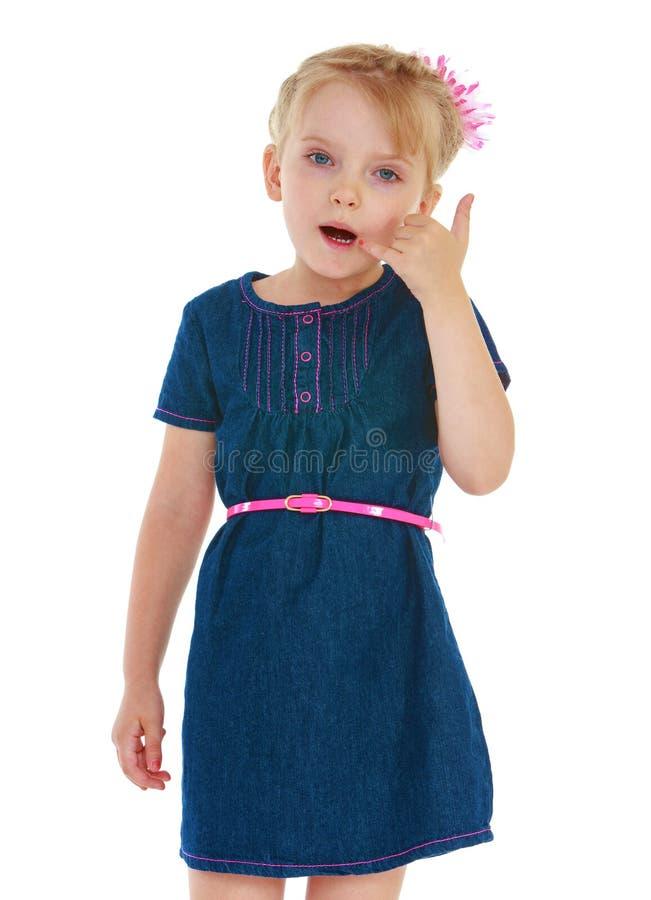 Positives kleines Mädchen, das mit seinen Händen gestikuliert lizenzfreies stockfoto