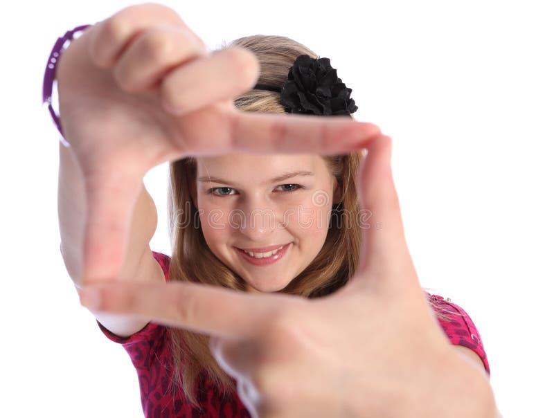 Positives Zeichen des Spaßes Handdurch glückliches blondes Schulemädchen stockfoto