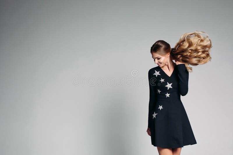 Positivity kobieta w modnej czerni sukni z gwiazd tanczyć obraz royalty free