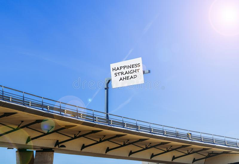 Positivity szczęścia naprzód wiadomość pisać przy autostrada wiaduktu billboardem zdjęcia stock