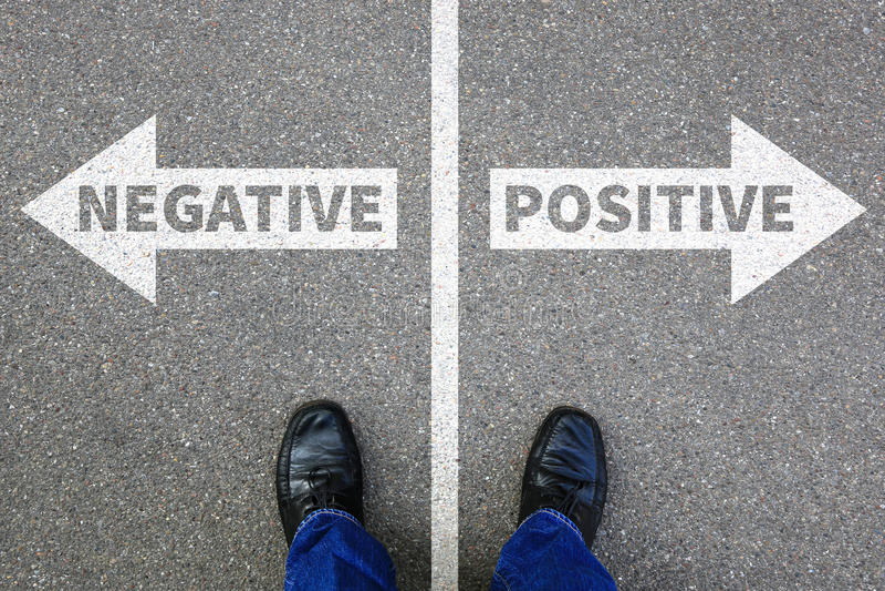 Positivo negativo que piensa el buen mún negocio c de la actitud de los pensamientos imagen de archivo