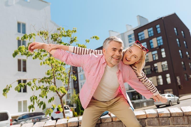 Positivt gift par som känner sig lyckligt royaltyfria foton