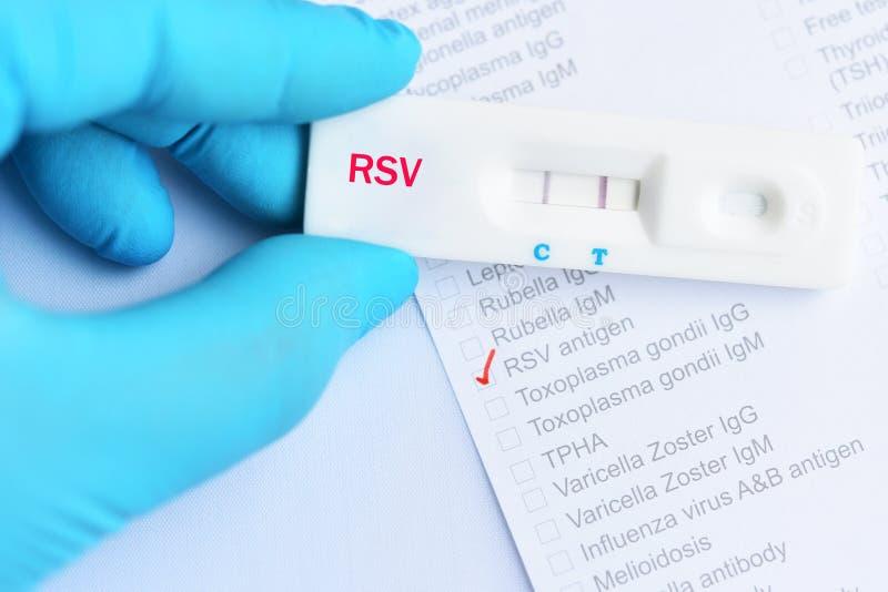 Positivt provresultat för RSV, genom att använda den snabba provkassetten royaltyfria bilder