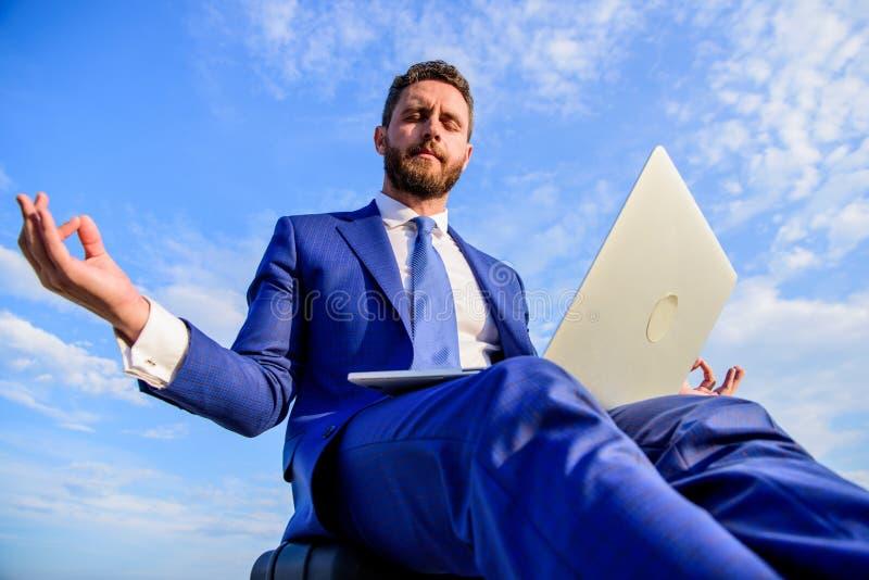 Positivt svar för stag till klienten Entreprenörfyndminuten kopplar av och mediterar Formell dräkt för affärsman med bärbara dato royaltyfri fotografi