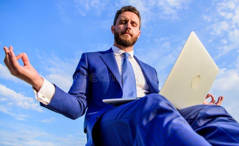 Positivt svar för stag till klienten Formell dräkt för affärsman med bärbara datorn som utomhus mediterar Arbete direktanslutet k arkivfoto