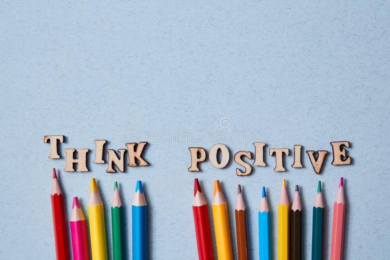 Positivt tänkande, Gott och optimistiskt tänkande Färgade pennor och orden tycker positiva Kopiera utrymme royaltyfria foton
