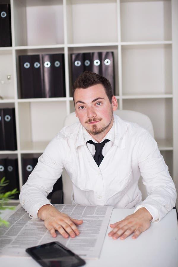 Posizione aperta di funzionamento di medico in ufficio fotografie stock