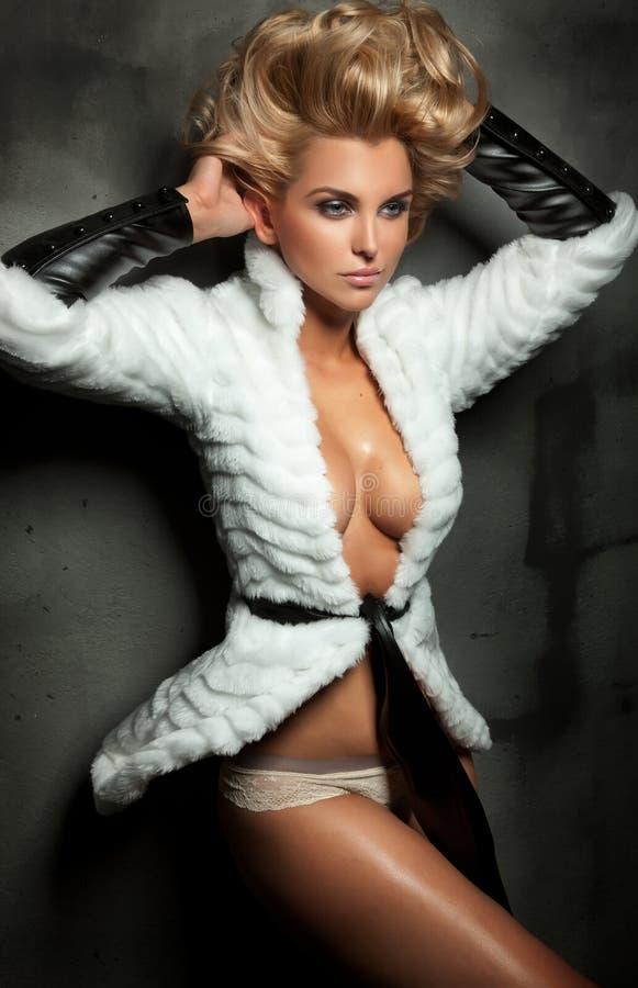 Posizione bionda sexy della signora fotografie stock libere da diritti