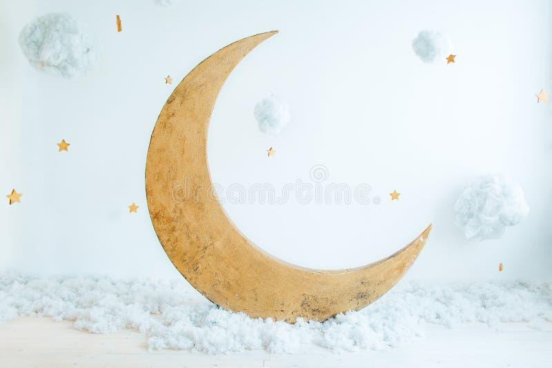 Posizione del ` s dei bambini per un tiro di foto: la luna con le stelle e le nuvole Un posto per i sogni immagini stock