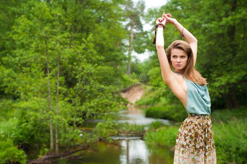 Posizione della ragazza del Hippie fotografia stock libera da diritti