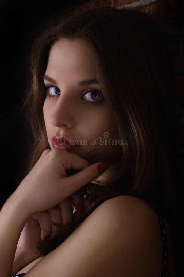 Posizione della ragazza in studio immagine stock libera da diritti