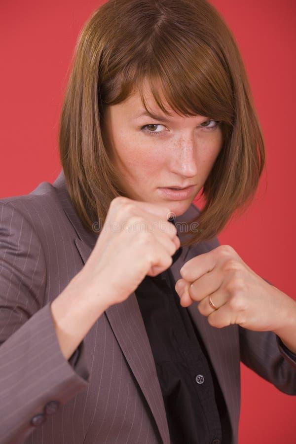 Posizione di lotta intestina della donna di affari immagini stock libere da diritti
