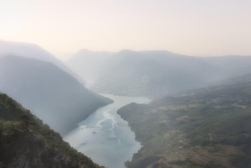 Posizione di vantaggio sul parco nazionale di Cesalpina e sulla vista nebbiosa del lago Perucac immagini stock libere da diritti