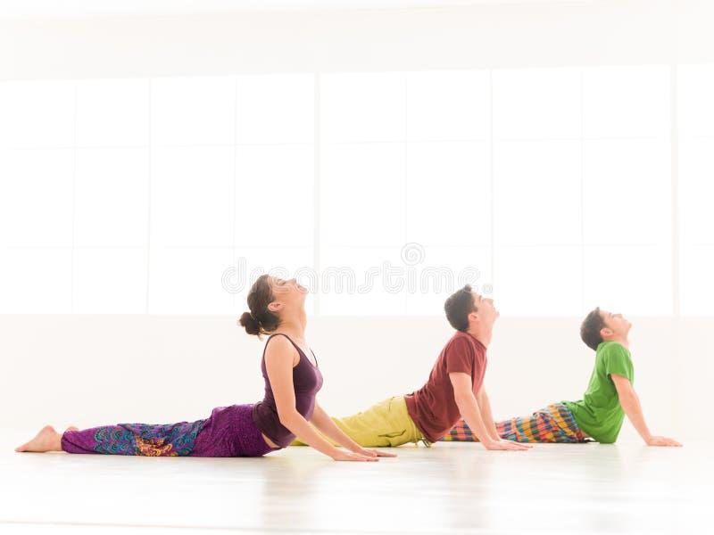 Posizione di yoga della cobra di Bujangasana fotografie stock libere da diritti