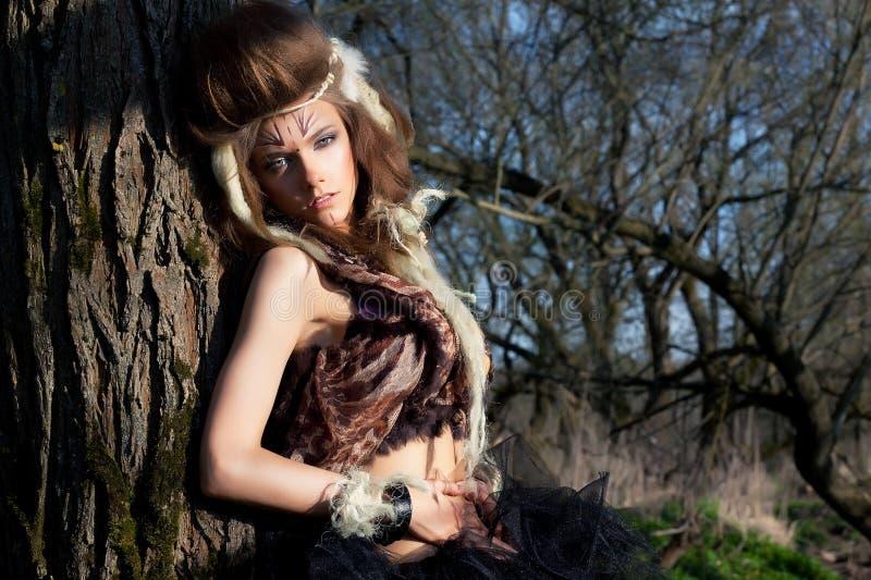 Posizione femminile mascherata di modo. Vestiti antichi fotografia stock