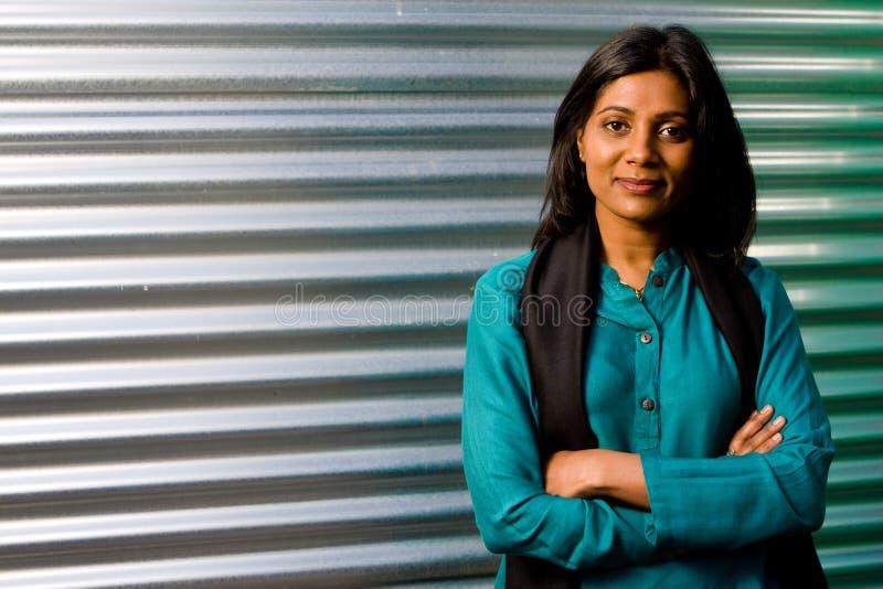 Posizione indiana abbastanza giovane della ragazza fotografia stock libera da diritti