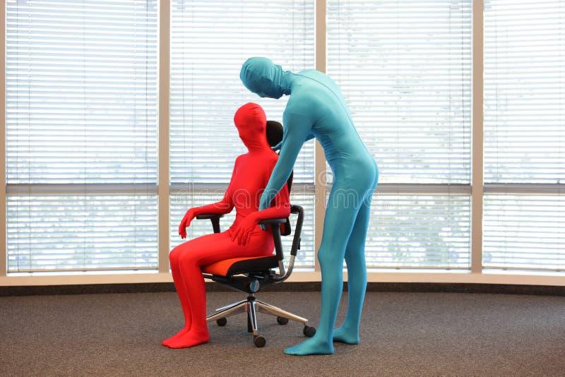 Posizione seduta corretta su addestramento della poltrona dell'ufficio immagini stock libere da diritti