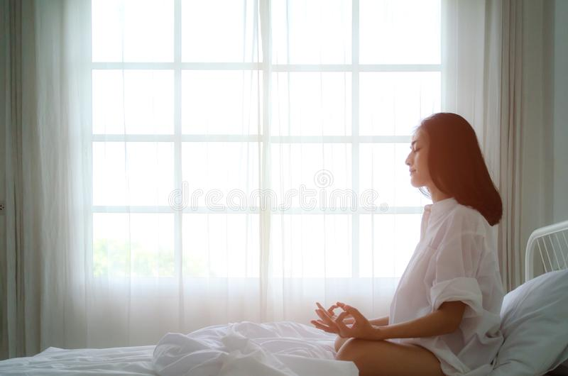 Posizione semplice di yoga sul materasso immagini stock