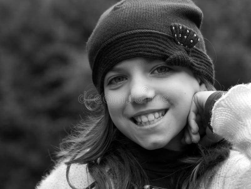 Posizione sorridente della ragazza immagini stock
