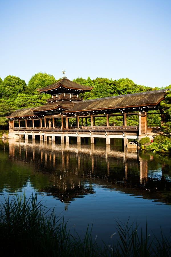 Vecchio ponte giapponese stupefacente sulla riflessione del lago fotografie stock libere da diritti