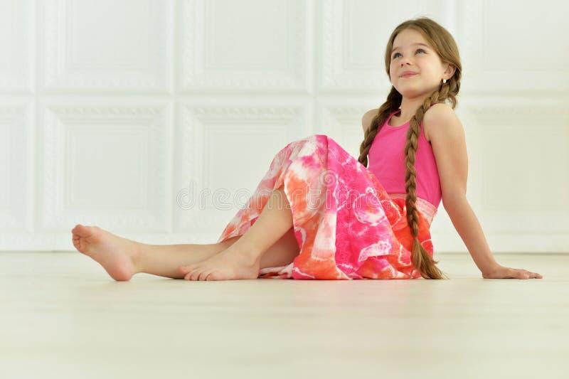 Posizione sveglia della bambina immagini stock libere da diritti