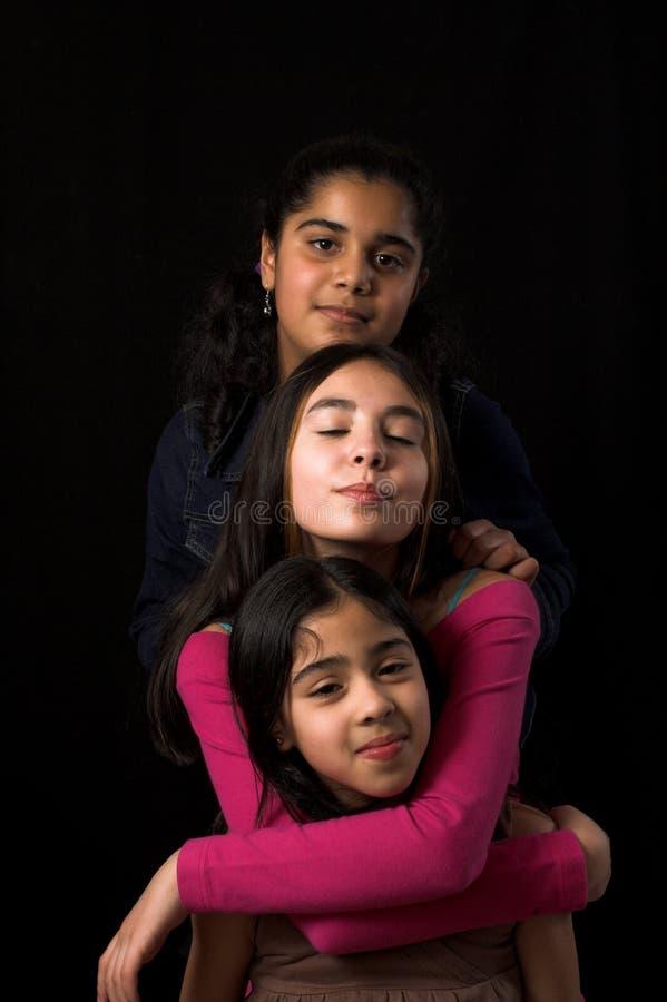 Posizione teenager sopra il contesto nero fotografie stock libere da diritti