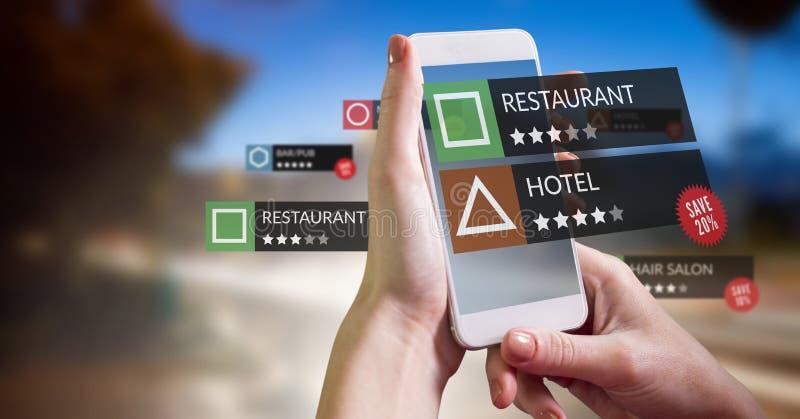 Posizioni di rassegna di App nella realtà aumentata con la strada ed il cielo immagini stock
