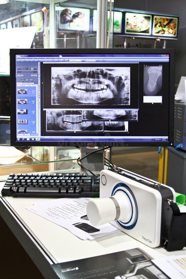 Poskom bewegliche Röntgenmaschine und zahnmedizinische Bilder stockfotos