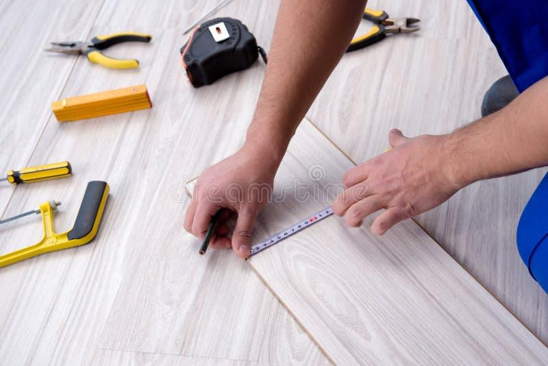 Possa colocando a pavimentação estratificada em casa fotografia de stock