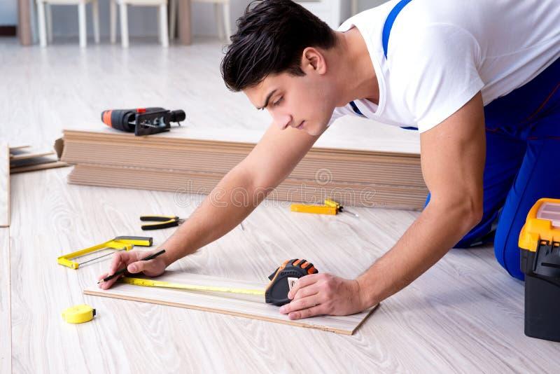 Possa colocando a pavimentação estratificada em casa foto de stock