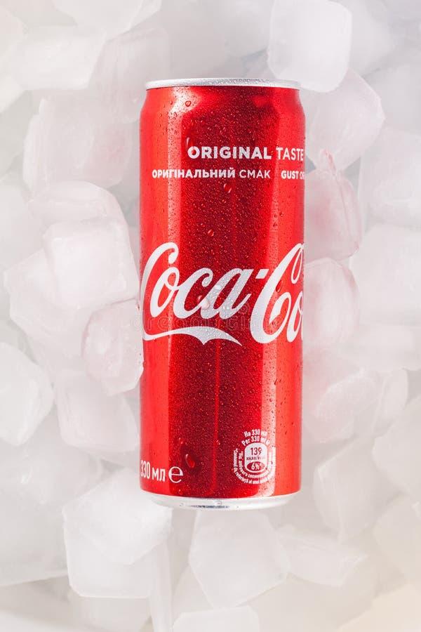 Possa da coca-cola em uma cama do gelo imagens de stock royalty free
