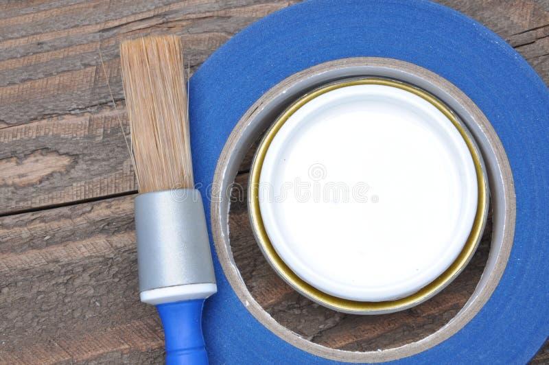 Possa da escova de pintura e do tappe brancos do mascaramento foto de stock